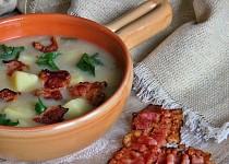 Celerová polévka se slaninovými chipsy