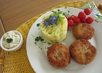 Cuketovo-šunkové medailonky se  šťouchanými bramborami a tatarkou