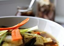 Japonská polévka miso s uzeným tofu