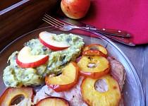 Kapr na cibuli a jablkách s bramborovo-kapustovou kaší