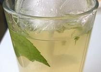 Osvěžující ledový zelený čaj s broskví a mátou