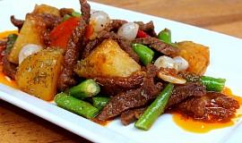 Pikantní hovězí nudličky se zeleninou a bramborem