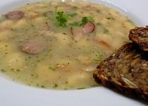 Polévka z bílé fazole a šunkové klobásy