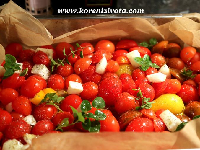 Polévka z pečených rajčat a česneku, pokrájená a zbavená alepsoň z části semínek upečte s bylinkami, česnekem a cibulí, polité oliváčem