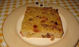 Quinoa-pohankový koláč s rozinkami a goji