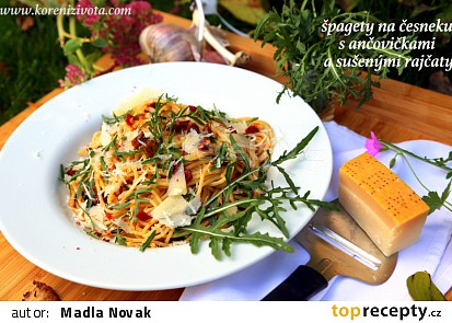 Špagety s česnekem, ančovičkami a sušenými rajčaty