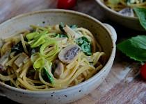 Špagety se žampiony, špenátem a uzeným tofu