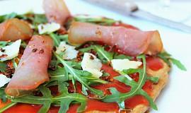 Špaldová pizza s rukolou a parmezánem