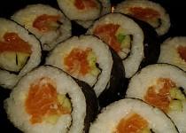 Sushi s čerstvým lososem naloženým v soli