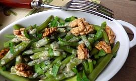 Teplý fazolkový salát s ořechy