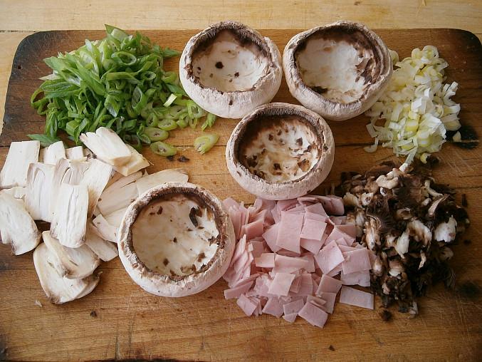 Žampiony se šunkou a vejci, dušené v pánvi, Připravené suroviny