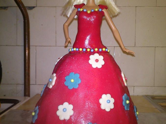 Barbie dort, Barbie dort ze dvou korpusů - spodní bábovka a horní upečený v porcelánové misce na polévku. Potahovací hmota - kombinace marshallow a mléčné hmoty