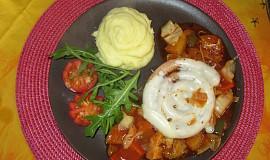 Bílá klobása na zeleninovém lůžku