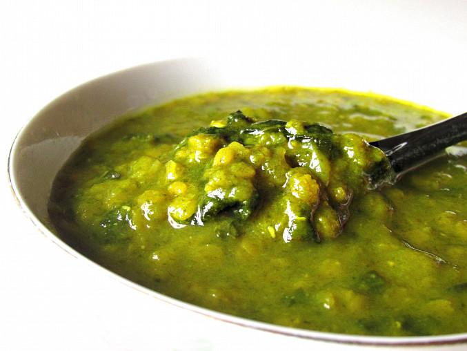 Čočkovo-špenátová polévka s kurkumou