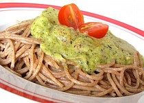 Grahamové špagety s brokolicovou omáčkou a cherry rajčaty