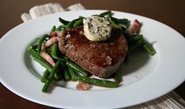 Hovězí steak s pepřovým máslem a fazolkami s pancettou
