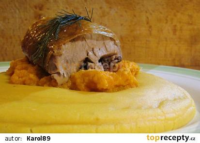 Hrachová kaše s rozmarýnovým krůtím stehnem pečeném na česneku a mrkvovo-česnekovým pyré