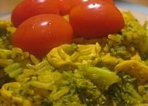 Kuřecí kousky s brokolicí, rýží a kurkumou v jedné pánvičce