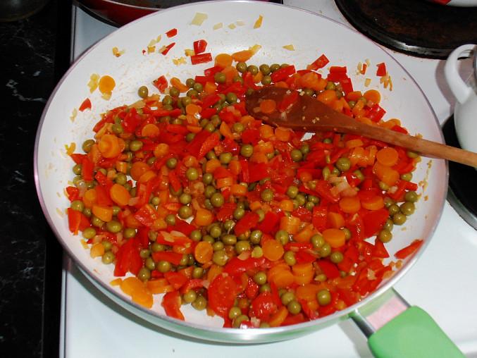 Kuskus se zeleninou na kari, ...hotová zelenina...