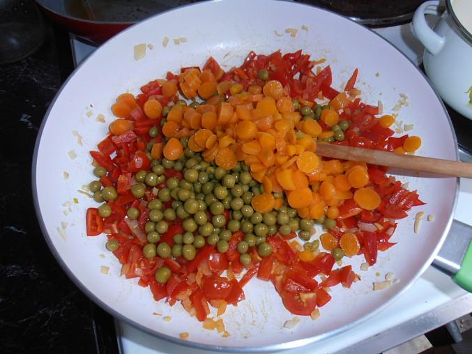 Kuskus se zeleninou na kari, ...