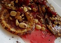 Lívance s malinovou omáčkou a ořechovým posypem