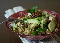 Quinoový salát s tofu a pekanovými ořechy