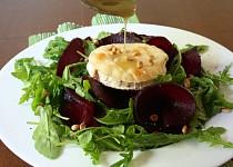 Rukolový salát s rozpečeným kozím sýrem a medovou zálivkou