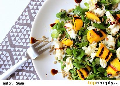 Salát s grilovaným mangem a mozzarellou