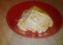 Slaný palačinkový dort se směsí kuřecího masa, kukuřice, slaninky, smetanové omáčky s parmazánem
