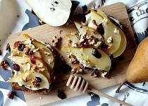 Toast s medovou hruškou, žervé a ořechy