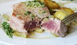 Tuňák s bylinkovo-citronovým olejem a teplým bramborovým salátem s fenyklem