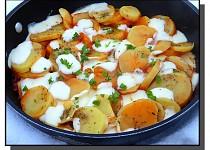 Brambory s rajčatovou omáčkou a mozzarellou