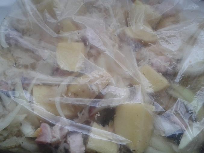 Brambory se zelím a slaninou pečené v sáčku