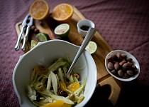 Fenyklový salát s pomerančem a lískovými oříšky