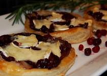 Listové koláčky s cibulí, brusinkami a Hermelínem