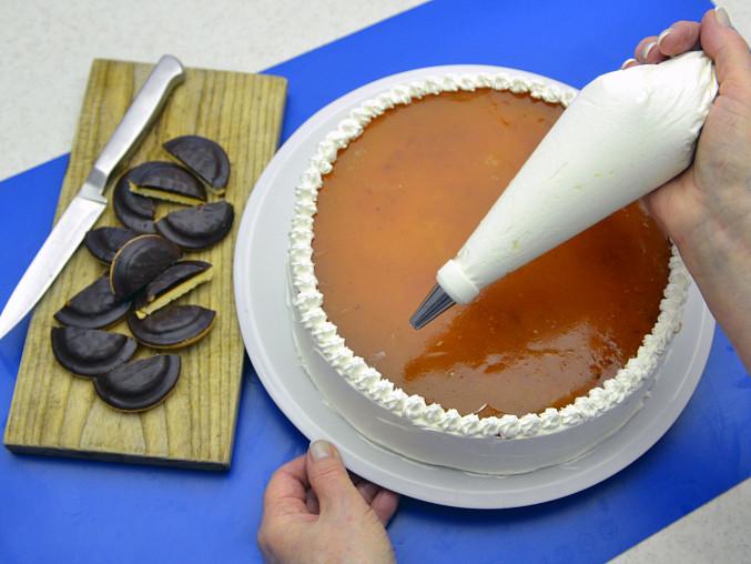 Jestliže dort zaujme po vyjmutí z ráfku pohledným vrstvením, netřeba ho již potírat šlehačkou, klidně přiznejte jeho nahou podstatu