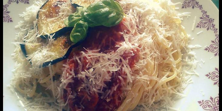 Špagety se smaženým lilkem a rajčaty