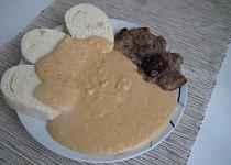 Vepřový plátek s višněmi a zeleninovou omáčkou s pomazánkovým máslem