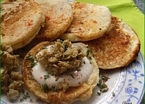 "Kynuté bramborovo-sýrové lívanečky s houbovým ""kaviárem"""