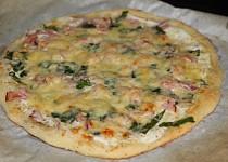 Smetanová pizza s medvědím česnekem a šunkou