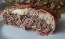 Zapečené mleté maso se slaninou a sýrem