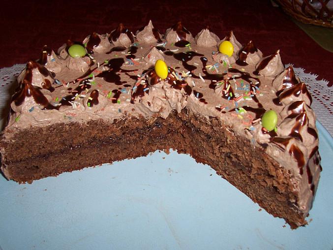 ze 2 ks slepených marmeládou nebo krémem se sestaví dort
