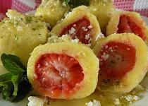 Bramborové knedlíky s jahodami a mátovým cukrem