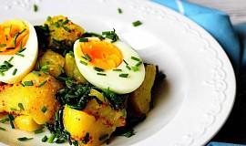 Bramborový salát s vejci a špenátem