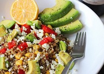 Quinoa s fetou a avokádem