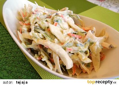 Salát z hlávkového zelí, mrkve a okurky