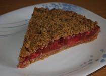 Sušenkový koláč s rebarborou, jahodami a marcipánem
