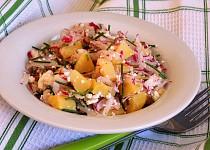 Svěží bramborový salát s tvarohem a ředkvičkami