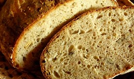 Kváskový chléb se semínky a syrovátkou