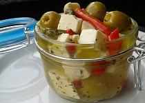 Marinované olivy se sýrem a kapary